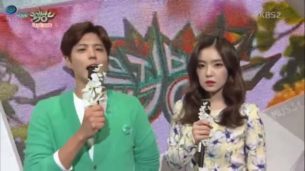 Trong khi Park Bo Gum hăng say dẫn, Irene bỗng tỏ ra choáng váng.