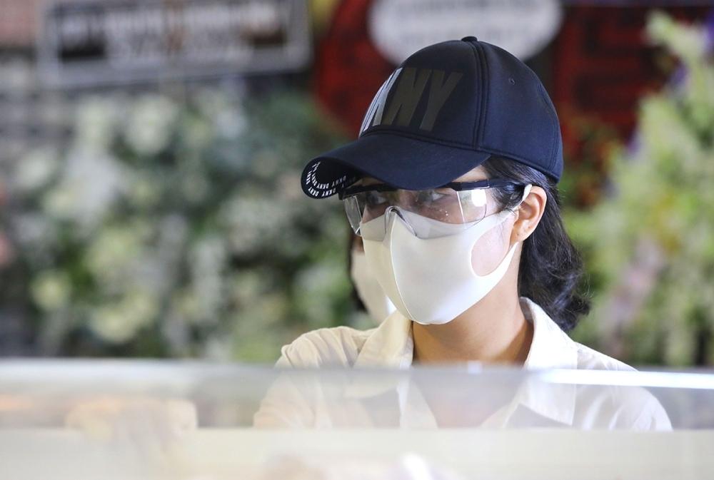 Những ngày qua, Ốc Thanh Vân luôn túc trực bên tại tang lễ Mai Phương, khóc ngất đi khi tiễn biệt em