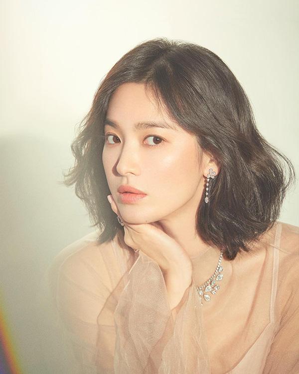 Đây không phải lần đầu Song Hye Kyo khiến cư dân mạng Hàn phật lòng vì lời phát biểu, hành động của nữ diễn viên. Thậm chí, nhiều người còn nhận xét Song Hye Kyo chính là 'con ghẻ quốc dân' trong Kbiz.