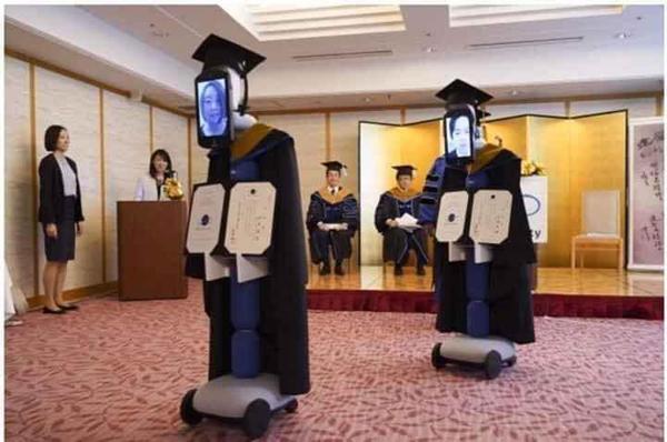 Sinh viên chỉ cần ngồi ở nhà và điều khiển robot từ xa để tham gia buổi lễ tốt nghiệp.