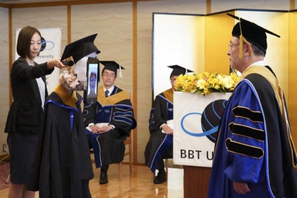 Buổi lễ tốt nghiệp độc đáo giữa mùa dịch Covid-19: Sinh viên nhận bằng từ xa, chỉ cần ngồi nhà và... điều khiển robot 2