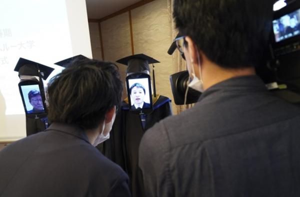 Buổi lễ tốt nghiệp độc đáo giữa mùa dịch Covid-19: Sinh viên nhận bằng từ xa, chỉ cần ngồi nhà và... điều khiển robot 5