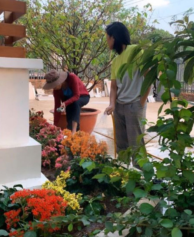 Ngôi nhà của H'Hen Niê được thiết kế theo dạng nhà ống, rộng rãi và sạch sẽ. Ở lối ra vào, người đẹp Ê Đê trồng nhiều loại hoa rực rỡ sắc màu.