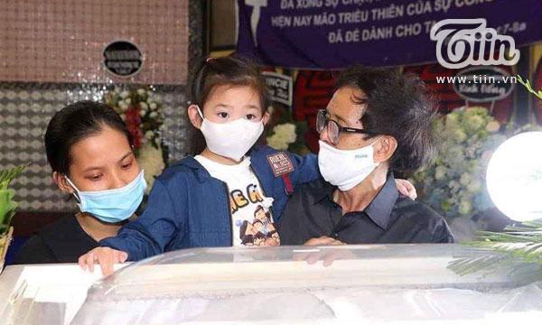 Khoảnh khắc bé Lavie tại đám tang mẹ Mai Phương khiến nhiều người xúc động.