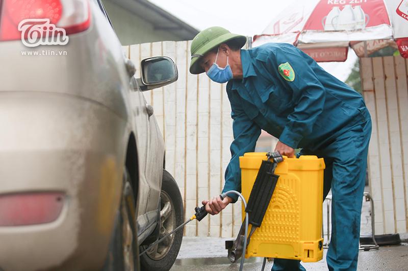 Các phương tiện giao thông được phép ra, vào thôn đều phải thông qua quá trình phun, xịt khử trùng.