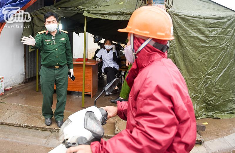 Không chỉ người dân trong thôn đeo khẩu trang phòng dịch, đội ngũ cán bộ, y tế cũng trang bị cho mình những đồ bảo hộ cần thiết.
