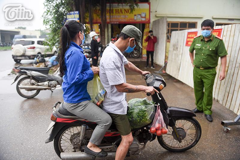 Người dân chởđồ tiếp tế đến khu cách ly.
