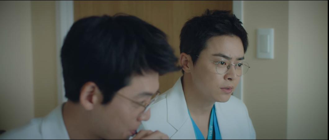 Cười vật vã nghe anh em giáo sư Ik Jun trong 'Hospital Playlist' dùng rap trả treo nhau như sắp thi 'Show me the money' 1