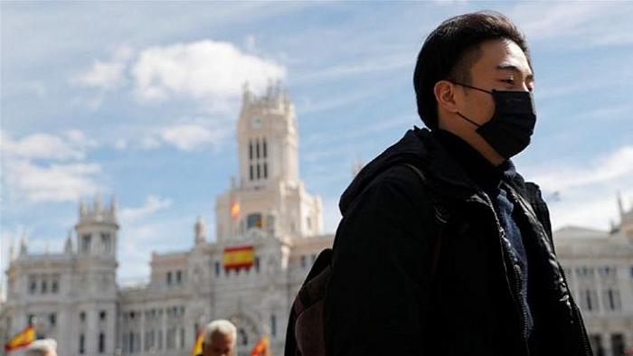 Một người đeo khẩu trang đi ngang qua Tòa thị chính Madrid. (Nguồn: Reuters)