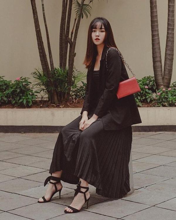 Diện cả cây đồ đen nhưng Tường San vẫn vô cùng thanh lịch duyên dáng chứ chẳng hề quá bụi phủi hay cá tính. Tất cả là nhờ vào combo áo blazer mix cùng chân váy xếp ly và sandals quai mảnh mà cô nàng lựa chọn.