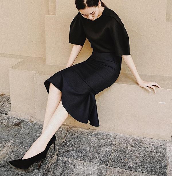 Nếu mê các thiết kế đầm liền, hãy ưu tiên những món đồ cóđiểm nhấn tay bồng, cổ chữ V sang chảnh với tông đen như Tường San. Chỉ cần mix cùng giày cao gót là bạn đã hoàn thiện vẻ ngoài thanh lịch, sang trọng.