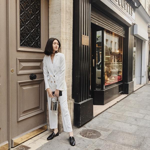 Chỉ đơn giản là suit trắng mix cùng giày loafer đen nhưng gợi ý này của Tường San sẽ giúp bạn bộc lộ hết sự cá tính, mạnh mẽ nhưng không kém phần sang trọng thời thượng,