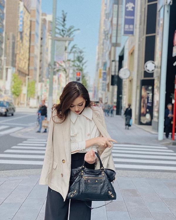 Để tạo sự mới mẻ cho bộ đôi đen trắng, bạn có thể kết hợp 2 gam màu này với màu be nhẹ nhàng. Một set đồ đơn giản nhưng là sự tổng hòa của những gam màu trung tính như cách màÁ hậu Tường San lựa chọn sẽ rất phù hợp với những cô nàng công sở.