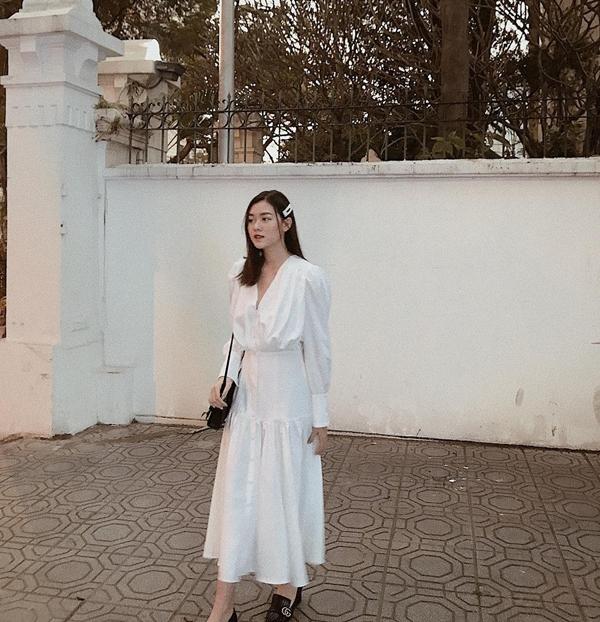 Vừa đơn giản vừa tiết kiệm thời gian mà vẫn đảm bảo tối đa sựthanh lịch, trang nhã xen lẫn vẻ 'chanh sả' chính là combo váy liền trắng, giày bệt, túi xách.