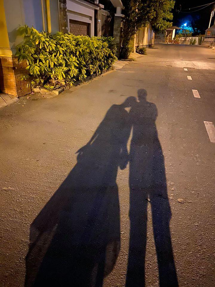 Dù chỉ là hình ảnh 2 chiếc bóng nhưng với những cử chỉ nắm tay, tựa vai tình cảm cũng đủ chứng minh Vân Hugo đang hạnh phúc bên tình yêu mới.