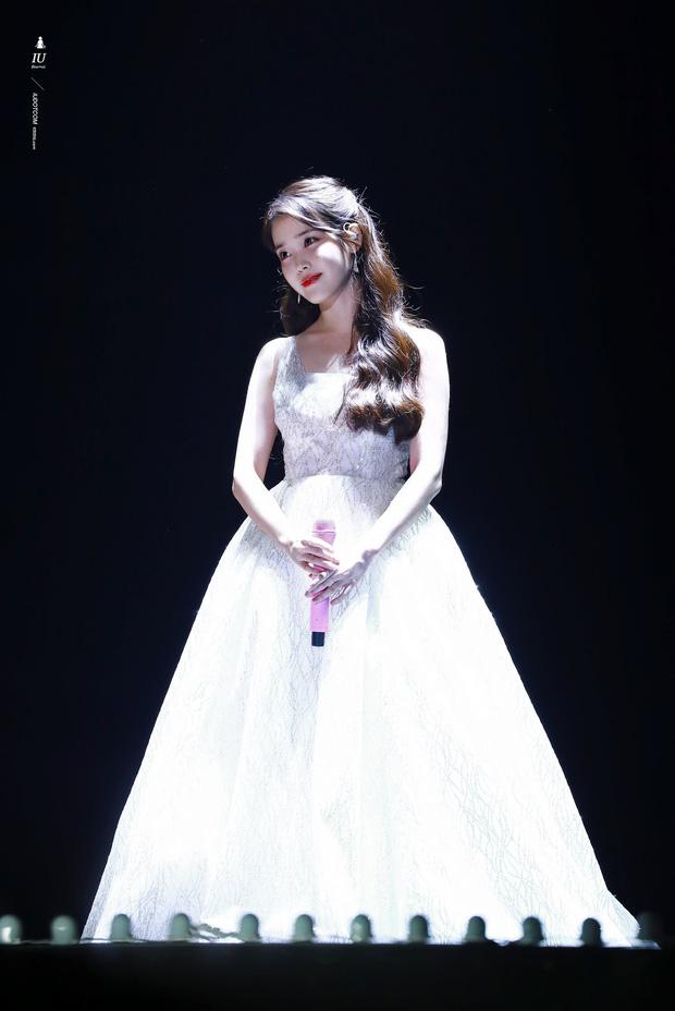 Chiếc váy trắng giúp nữ thần tượng 27 tuổi đẹp như một nàng công chúa bước ra từ truyện cổ tích, làm sáng bừng cả buổi concert kỷ niệm 11 năm ngày debut của mình. Quả thực, nhan sắc của mỹ nhân xinh đẹp 'không góc chết' xứ Hàn chưa bao giờ để những người hâm mộ thất vọng.