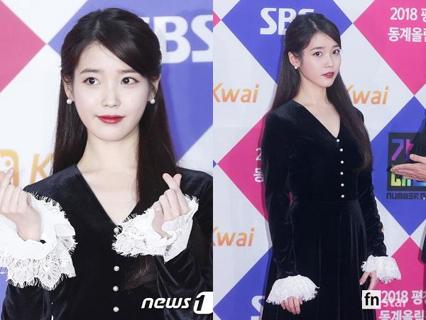 Thảm đỏ SBS Gayo Daejun 2017 hội tụ những người nghệ sĩ quyền lực nhất của làng giải trí Kpop và IU là một trong số đó. Mỹ nhân sinh năm 1993 khiến không khí của sự kiện nóng lên từng phút từng giây với chiếc váy tiểu thư, điệu đà. Bộ cánh đen nhung có điểm nhấn ren trắng ở tay đã tô điểm cho nhan sắc rực rỡ và phong thái không thể lẫn với ai của cô nàng xinh đẹp.