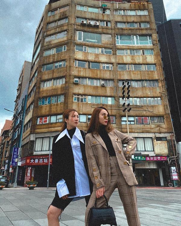 Hai chị em có những trang phục ăn mặc rất tương đồng mặc dù mỗi người một phong cách.