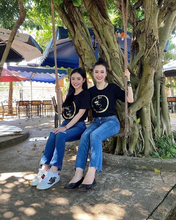 Không còn những bộ cánh bó chịt khoe dáng phản cảm như trước, cặp chị em thường xuyên cùng nhau diện áo phông, quần jeans đơn giản.