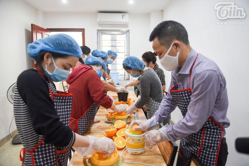 Nhóm thiện nguyện mỗi ngày vắt 500 chai nước cam gửi đến y bác sĩ tuyến đầu chống dịch
