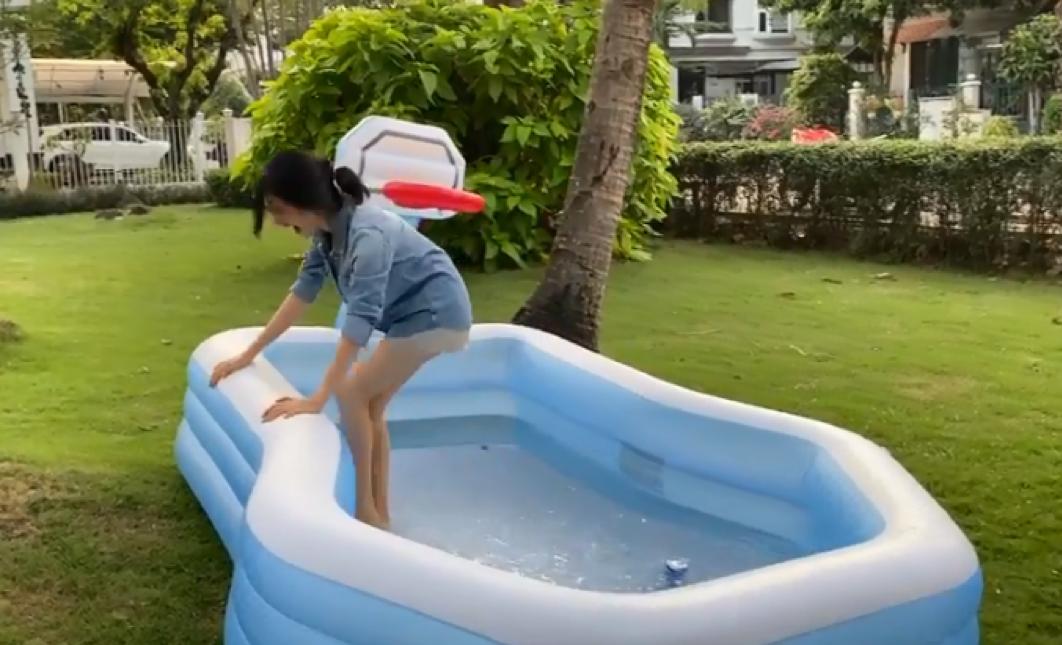 Cho những ai chưa nhận ra thì đây là Hòa Minzy đang quắn quéo vì lạnh, trong 1 nỗ lực đổi màu lon nước.