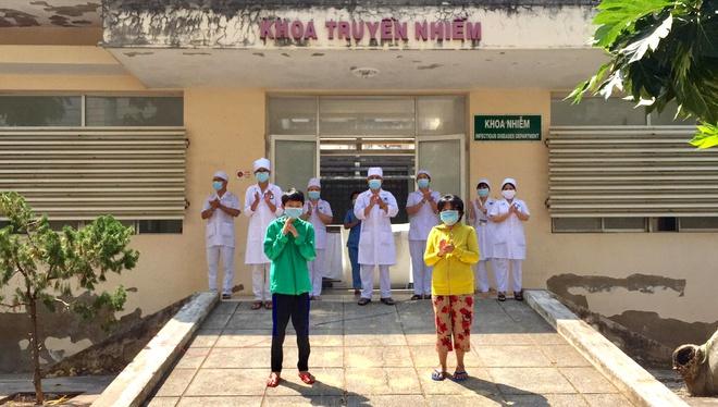 Hai bệnh nhân cuối cùng ở Bình Thuận được xuất viện. Ảnh: Tuấn Kiệt.