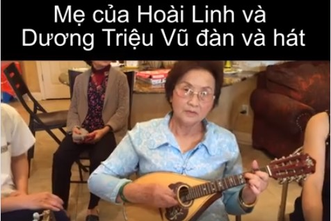 Mẹ ruột Hoài Linh - Dương Triệu Vũcầm đàn và hát như một nghệ sĩ cho con cháu cùng nghe.