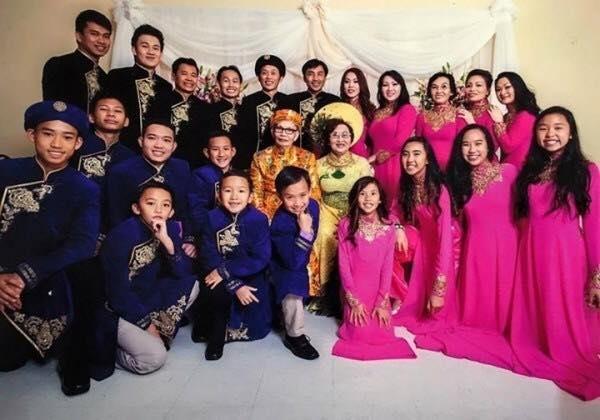Lễ kỉ niệm 50 năm ngày cưới của bố mẹ nam danh hài Hoài Linh được tổ chức vào năm 2014 với sự có mặt của đầy đủ con cháu trong gia đình.