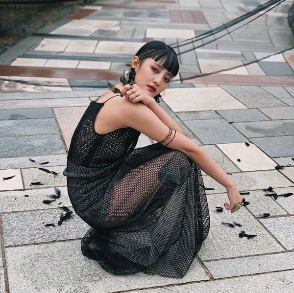 Minnie (G)I-DLE đậm chất cá tính, ma mị với váy lưới đen, make up đậm.