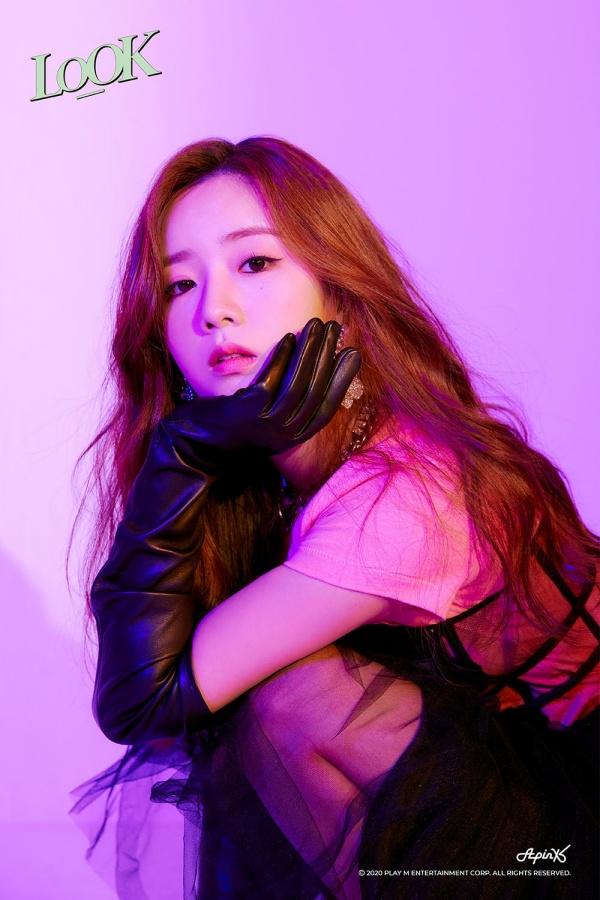 Apink mới tung ra loạt ảnh nhá hàng cho album mới của nhóm. Trong ảnh, Bomi mặc áo phông hồng bên trong váy đen, găng tay da đen, vừa điệu đà nhưng không kém phần cá tính.
