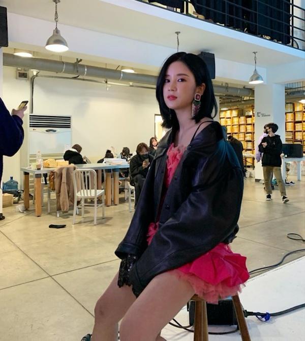 Chorong (Apink) cũng diện style hồng, đen, song cô mặc váy hồng xòe ngắn khoe chân dài và áo da dáng crop.