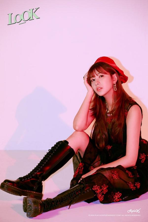 Hay vừa tiểu thư, vừa nghịch ngợm với váy bồng họa tiết đỏ, đen phối với mũ đỏ và boot cao cổ đế bằng.