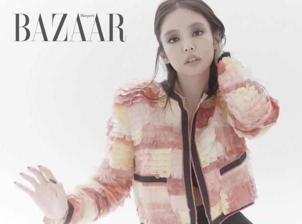 Jennie nửa kín nửa hở khi mặc chiếc áo khoác xếp lớp nhiều màu thả cúc và make up đậm.