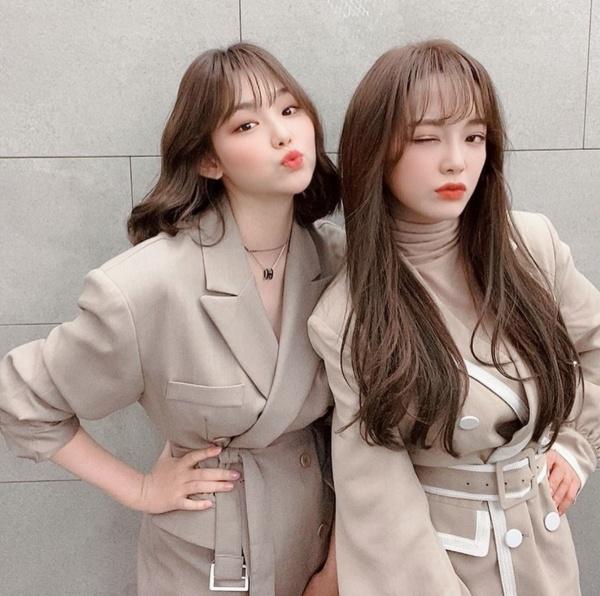 Kang Mina (trái) và Kim Se Jeong đều diện áo vest thắt đai tone màu nude thanh lịch.