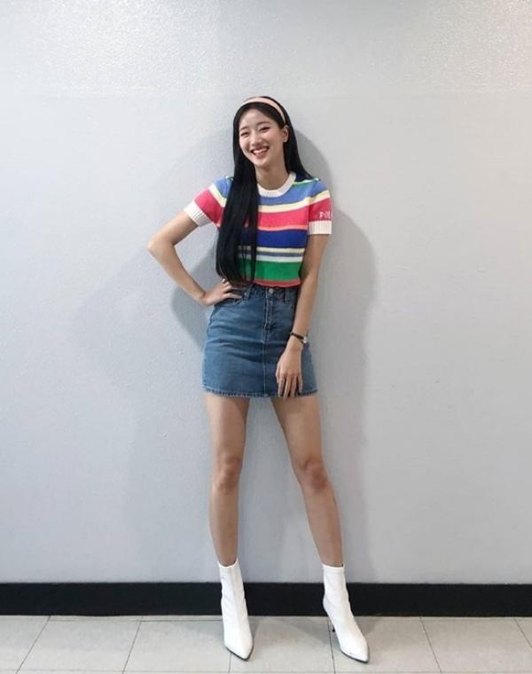 Na Eun (April) khoe dáng cao ráo trong bộ đồ năng động, cách mặc áo thun chất len ôm và chân váy jeans chưa bao giờ lỗi mốt.