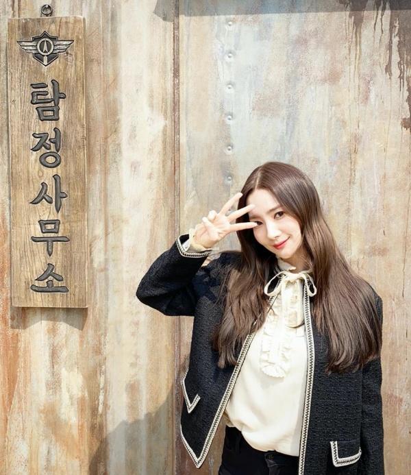 Park Min Young mặc style tiểu thư với áo vest tweet cùng áo sơ mi cổ diềm buộc nơ, hay váy bèo nhún nhỏ màu hồng phấn điệu đà.
