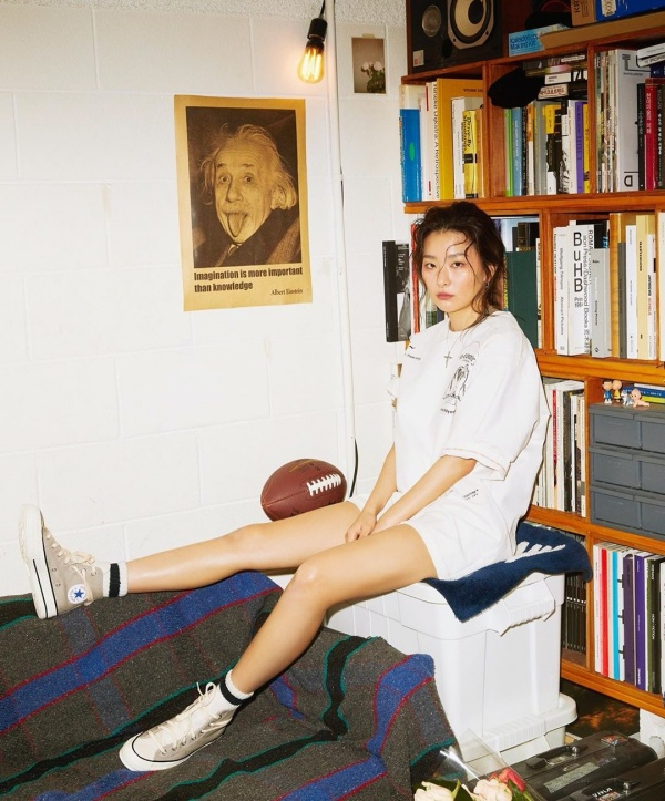 Seulgi (Red Velvet) mặc style giấu quần năng động với áo phông trắng oversized, giày Converse xám cao cổ.