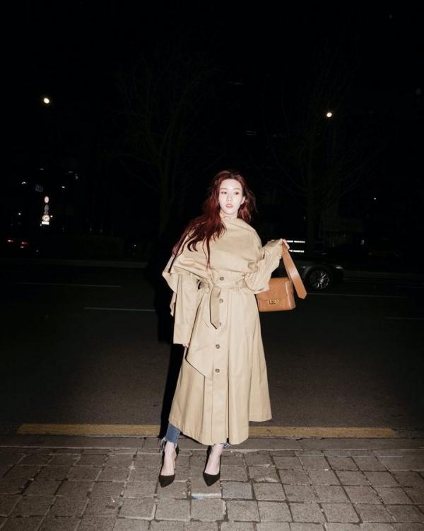 Eun Bi (Iz*One) mặc chiếc áo choàng dáng váy nhưng khá rộng khiến trang phục nhìn luộm thuộm, che mất dáng.
