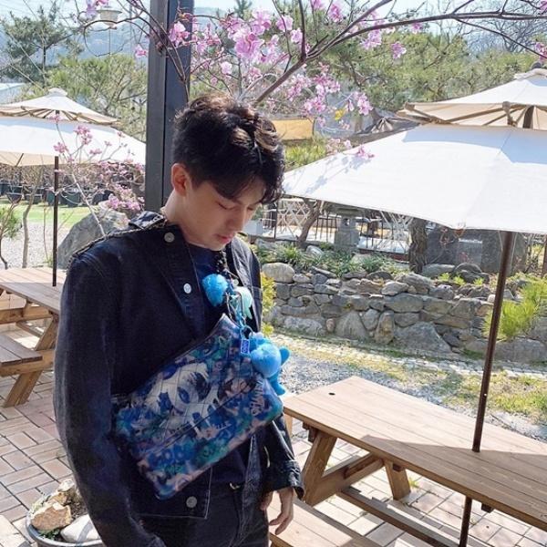 Chiếc túi Channel xanh gắn bông ngộ nghĩnh của Yun Hyeong (iKON) đúng là hút mắt nhất rồi.