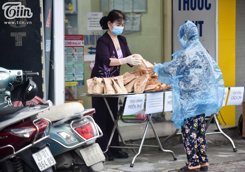 Mẹ bỉm sữa làm hàng nghìn chiếc bánh gửi tặng người dân có hoàn cảnh khó khăn mùa dịch 9