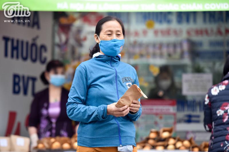 Mẹ bỉm sữa làm hàng nghìn chiếc bánh gửi tặng người dân có hoàn cảnh khó khăn mùa dịch 12