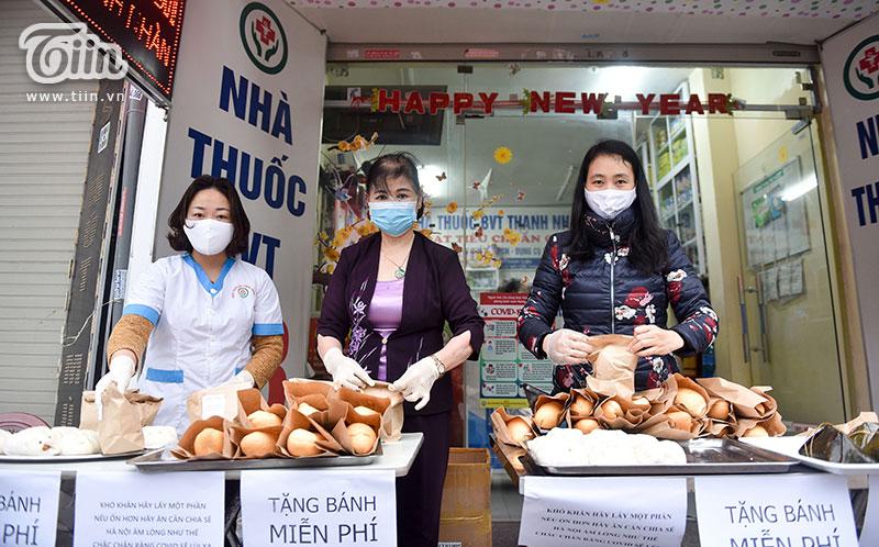 Chị Nguyễn Minh Ngọc (ngoài cùng bênphải) - người đã huy động người thân trong gia đình cùng làm bánh giúp đỡ mọi người.