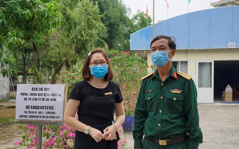 TS Dương Thị Thùy Vân (trưởng nhóm nghiên cứu) và Trung tá Nguyễn Nhâm (Phó giám đốc Trung tâm) tại lễ bàn giao robot. (Ảnh: Giáo dụcthời đại)