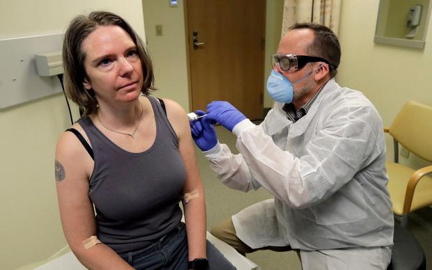 Người đầu tiên quyết định thử nghiệm vắc-xin ngừa Covid-19 trên toàn thế giới. Ảnh AP.