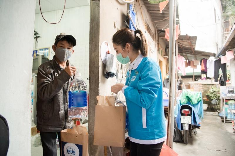 Sáng 13/4, Huyền My đã có dịp đồng hành cùng các thành viên của đoàn tới thăm hỏi, tặng quà cho những người dân tại tại xóm chạy thận – Bệnh viện Bạch Mai và 200 sinh viên tại Khu ký túc xá Mễ Trì – Đại học Quốc gia Hà Nội.