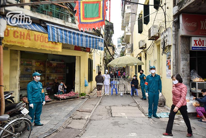 Chợ Yên Thái (phường Hàng Gai, quận Hoàn Kiếm, Hà Nội) dài khoảng 150m là một khu chợ dân sinh hoạt động giữa lòng phố cổ.