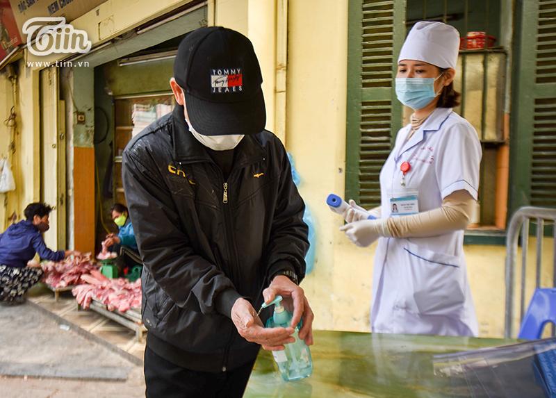 Thường ngày, khu chợ này vốn tấp nập kẻ mua - người bánnên để đảm bảo an toàn mùa dịch,UBND phường Hàng Gai đã đặt 3 trạm kiểm dịch quanh chợ.