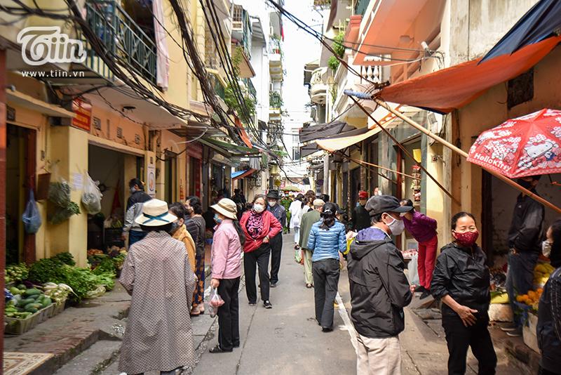 Người dân và các tiểu thương tại chợ đồng loạt hưởng ứng hoạt động chống dịch nghiêm túc, cẩn trọng của UBND phường.