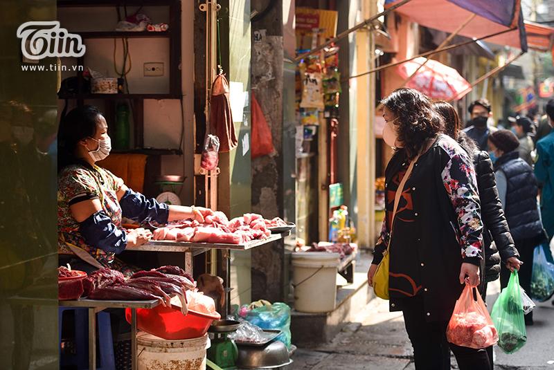 Chợ dân sinh giữa lòng phố cổ Hà Nội kẻ vạch giãn cách, yêu cầu tiểu thương và người mua hàng giữ khoảng cách tối thiểu 6