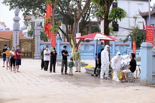 Lấy mẫu xét nghiệm cho người dân thôn Hạ Lôi - Ảnh: An ninh Thủ đô.